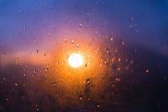 Coucher du soleil pourpre par le verre misted photographie stock libre de droits