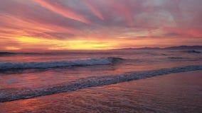 Coucher du soleil pourpre rose jaune sauvage au-dessus du sable 4k banque de vidéos