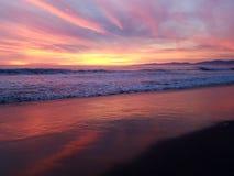 Coucher du soleil pourpre rouge-rose jaune au-dessus de la plage 4k Photo stock