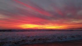 Coucher du soleil pourpre rouge-rose jaune incroyable au-dessus de l'eau 4k banque de vidéos