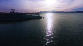 Coucher du soleil pourpre vif de lac, tir aérien banque de vidéos