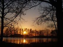 Coucher du soleil près d'étang Photos stock
