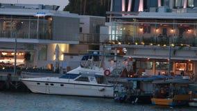 Coucher du soleil près de la couchette du bateau Jeunes adultes banque de vidéos