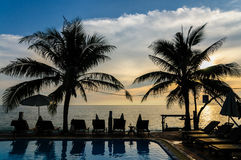 Coucher du soleil près de piscine Photographie stock libre de droits
