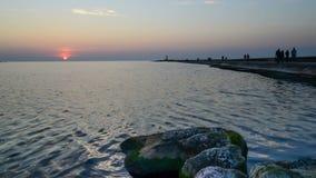 Coucher du soleil près du pilier de bateau banque de vidéos