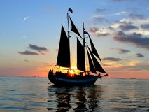 coucher du soleil principal de bateau à voiles occidental Images libres de droits