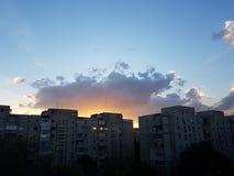 Coucher du soleil puissant avec une lumière étonnante photographie stock libre de droits