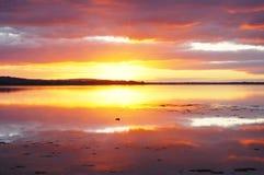 Coucher du soleil réfléchi sur l'eau 1 Images libres de droits