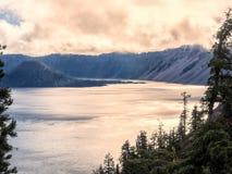 Coucher du soleil réfléchi sur l'eau au lac crater Image stock