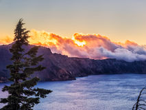 Coucher du soleil réfléchi sur l'eau au lac crater Photo libre de droits