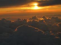 Coucher du soleil rêveur au-dessus des nuages Image libre de droits
