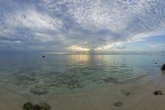 Coucher du soleil rêveur tropical de plage Photos stock