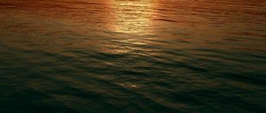 Coucher du soleil reflété dans l'eau illustration libre de droits
