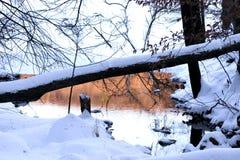 Coucher du soleil reflété dans le lac figé Image stock