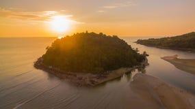 coucher du soleil renversant à l'île de Kala Plage de Layan Photos stock