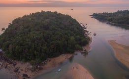 coucher du soleil renversant à l'île de Kala Plage de Layan Image libre de droits