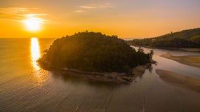 coucher du soleil renversant à l'île de Kala Plage de Layan Photographie stock libre de droits