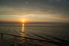 Coucher du soleil renversant au-dessus de l'océan vu d'un cruiseship image libre de droits