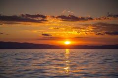 Coucher du soleil renversant au-dessus de la mer Images libres de droits