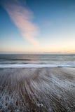 Coucher du soleil renversant au-dessus de long paysage d'exposition de plage Photos libres de droits
