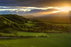Coucher du soleil renversant d'été au-dessus d'horizontal de campagne photographie stock