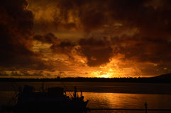 Coucher du soleil renversant foncé photos libres de droits