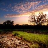 Coucher du soleil rocheux de banc de sable de lit de la rivière Photo stock