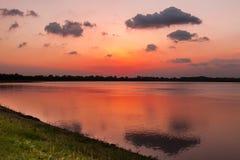 Coucher du soleil rocheux de lac Photos libres de droits