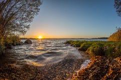 Coucher du soleil rocheux de lac Image libre de droits