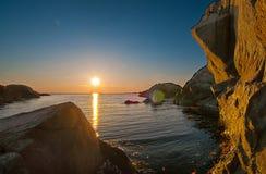 Coucher du soleil rocheux de littoral image stock