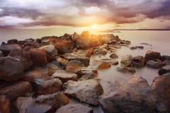Coucher du soleil rocheux de littoral Image libre de droits