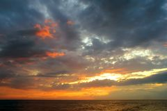 Coucher du soleil romantique au-dessus d'océan   Images stock