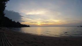 Coucher du soleil romantique cambodgien d'île de lapin banque de vidéos