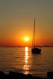 Coucher du soleil romantique d'or avec le yacht photos libres de droits