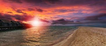 Coucher du soleil romantique dans l'Océan Indien photo libre de droits