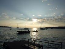 Coucher du soleil romantique dans le port de Port Vila Image stock