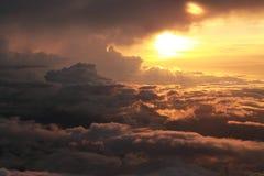 Coucher du soleil romantique dans les nuages Images stock