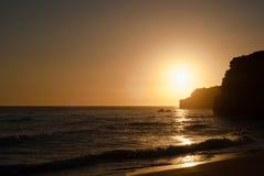 Coucher du soleil romantique de bord de la mer Images stock