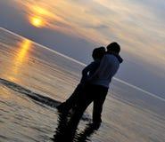 coucher du soleil romantique de couples Photo stock