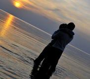 coucher du soleil romantique de couples Images stock