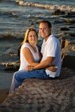 coucher du soleil romantique de couples de plage Photographie stock libre de droits