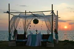 Coucher du soleil romantique de dîner par la mer Photo stock