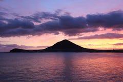 Coucher du soleil romantique derrière la montagne rouge en EL Medano, Tenerife, Espagne image libre de droits