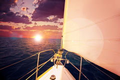 Coucher du soleil romantique et bateau à voile Photo libre de droits