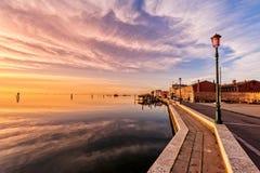 Coucher du soleil romantique sur la lagune de Venise Île de Pellestrina photos stock