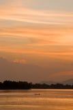 Coucher du soleil romantique sur un fleuve image stock
