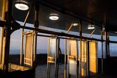 Coucher du soleil romantique vu par la construction plaisantée de tour, Liberec, République Tchèque photographie stock