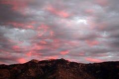 Coucher du soleil rose électrique au-dessus des montagnes de Catalina dans Tucson, Arizona Image stock