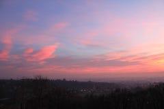 Coucher du soleil rose au-dessus de la colline Image stock