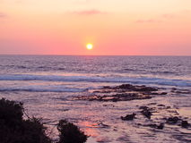 Coucher du soleil rose au-dessus des eaux calmes Photos libres de droits
